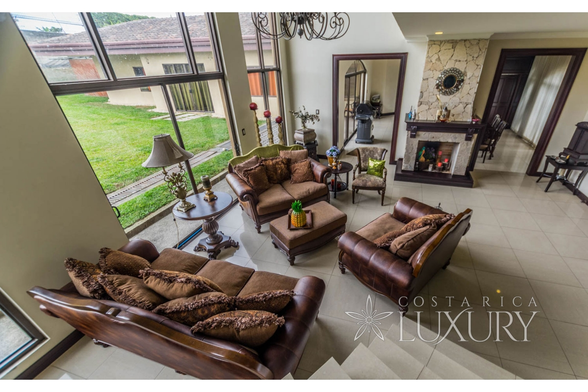 Ample luxury home in Monteran with apartment